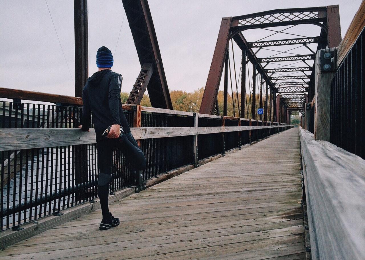 Man som stretchar i träningskläder