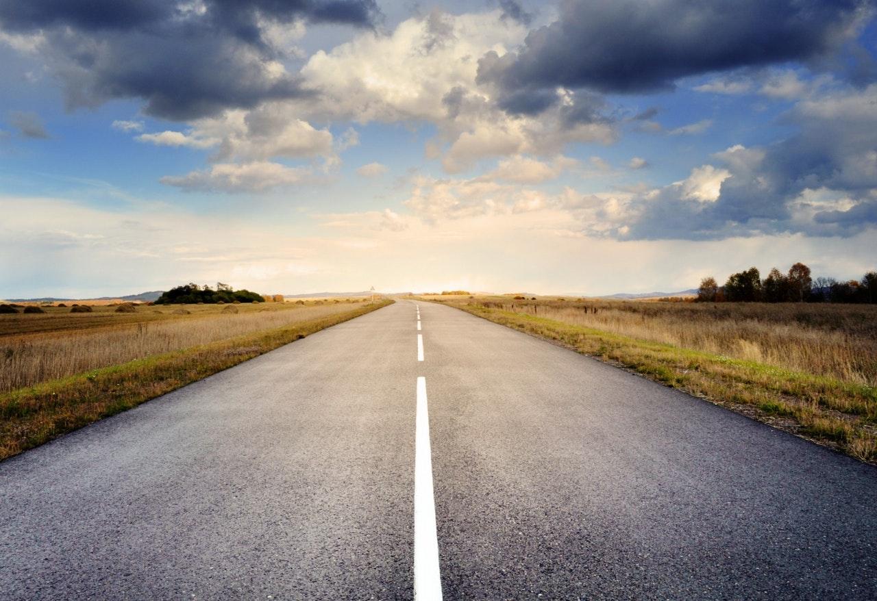 Väg utan trafik och sommarhimmel