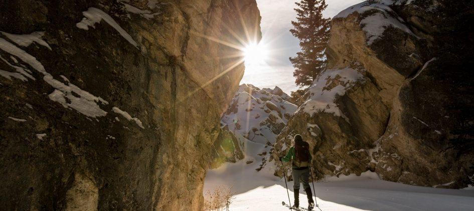 Skidåkare mellan två bergsklippor