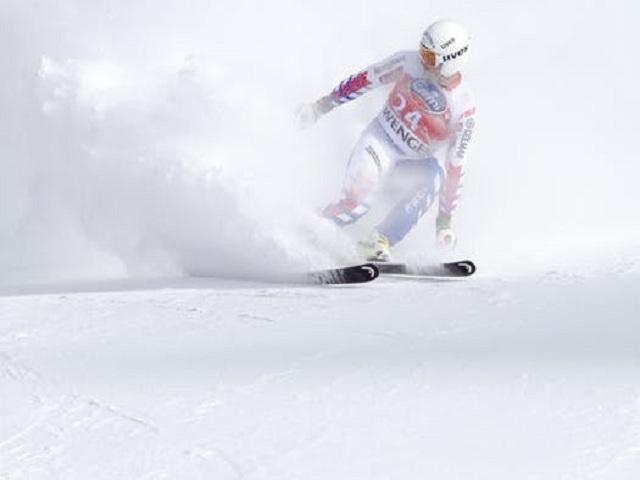 En skidåkare i en backe